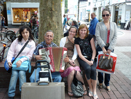 The TANDEM Hamburg team with a well-known busker in Hamburg-Altona.